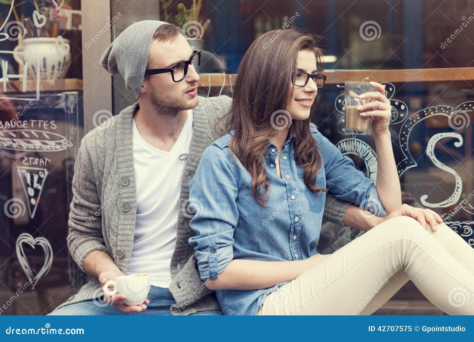 Couples mignons en dehors de café