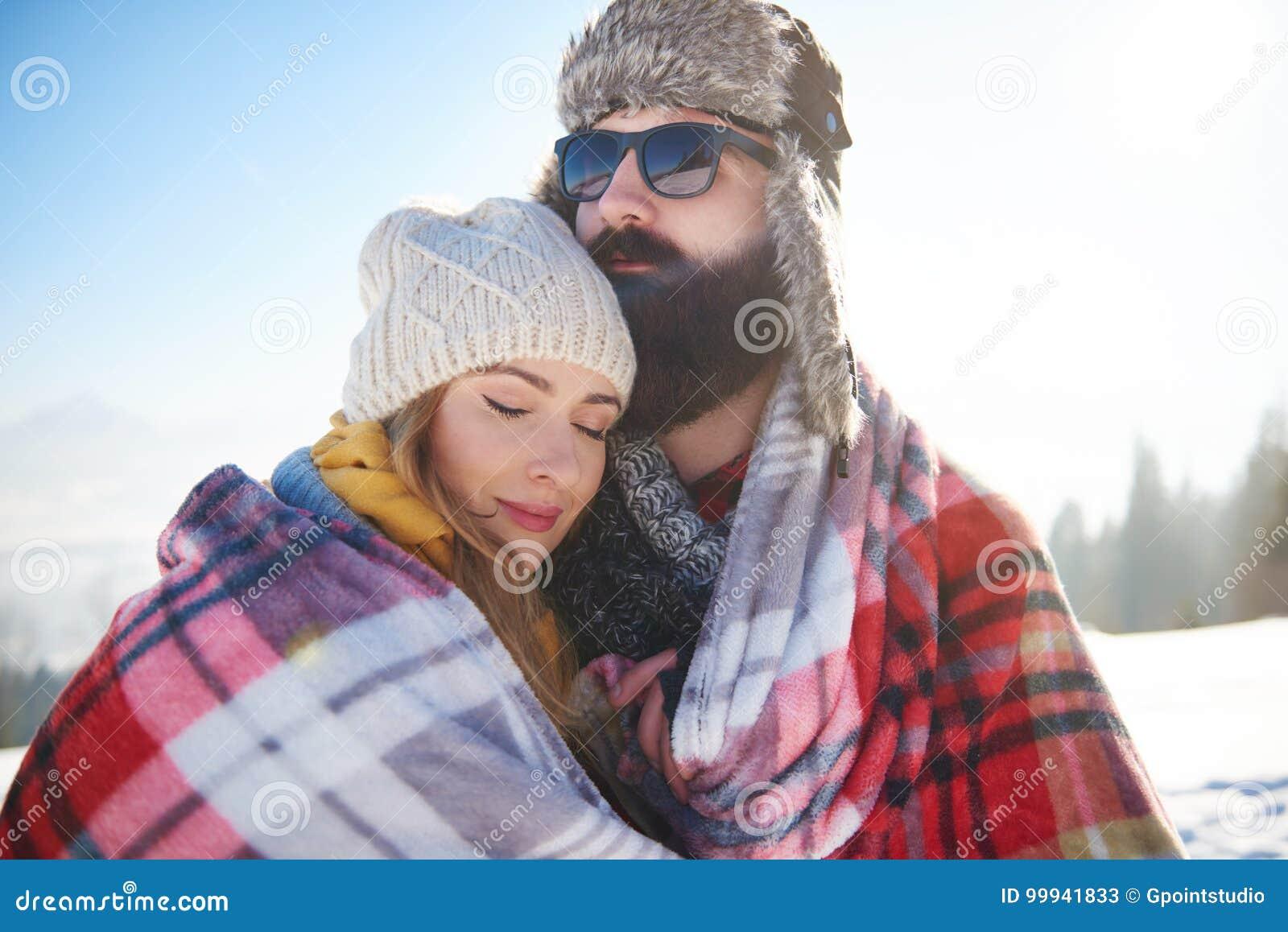 Couples mignons pendant l hiver