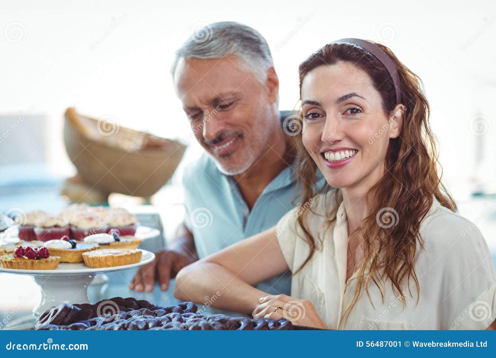 Couples mignons regardant des pâtisseries