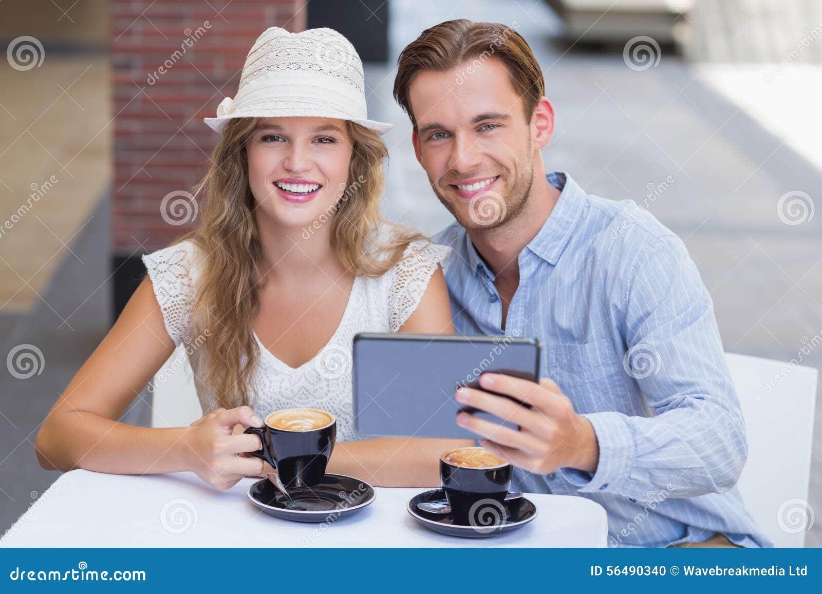 Couples mignons regardant l appareil-photo