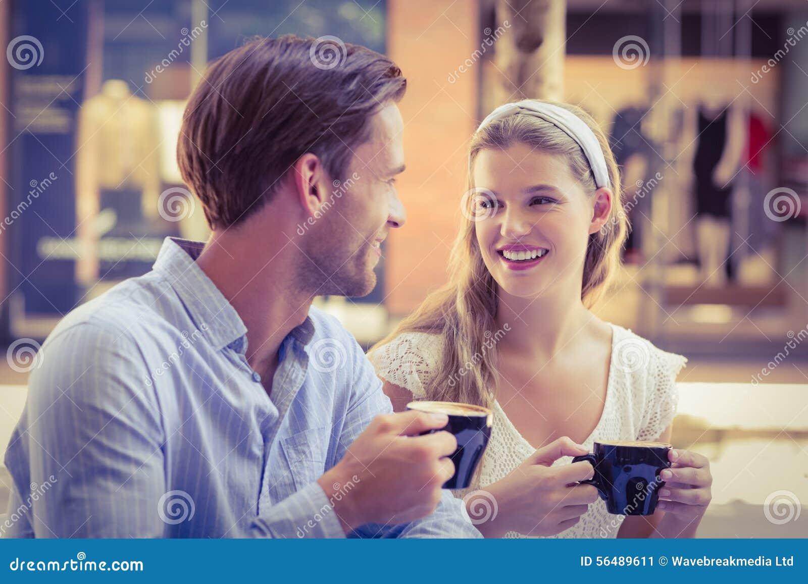 Couples mignons regardant l un l autre