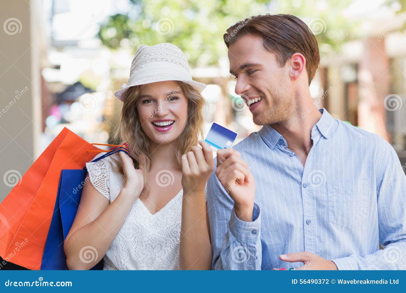 Couples mignons remettant une carte de crédit