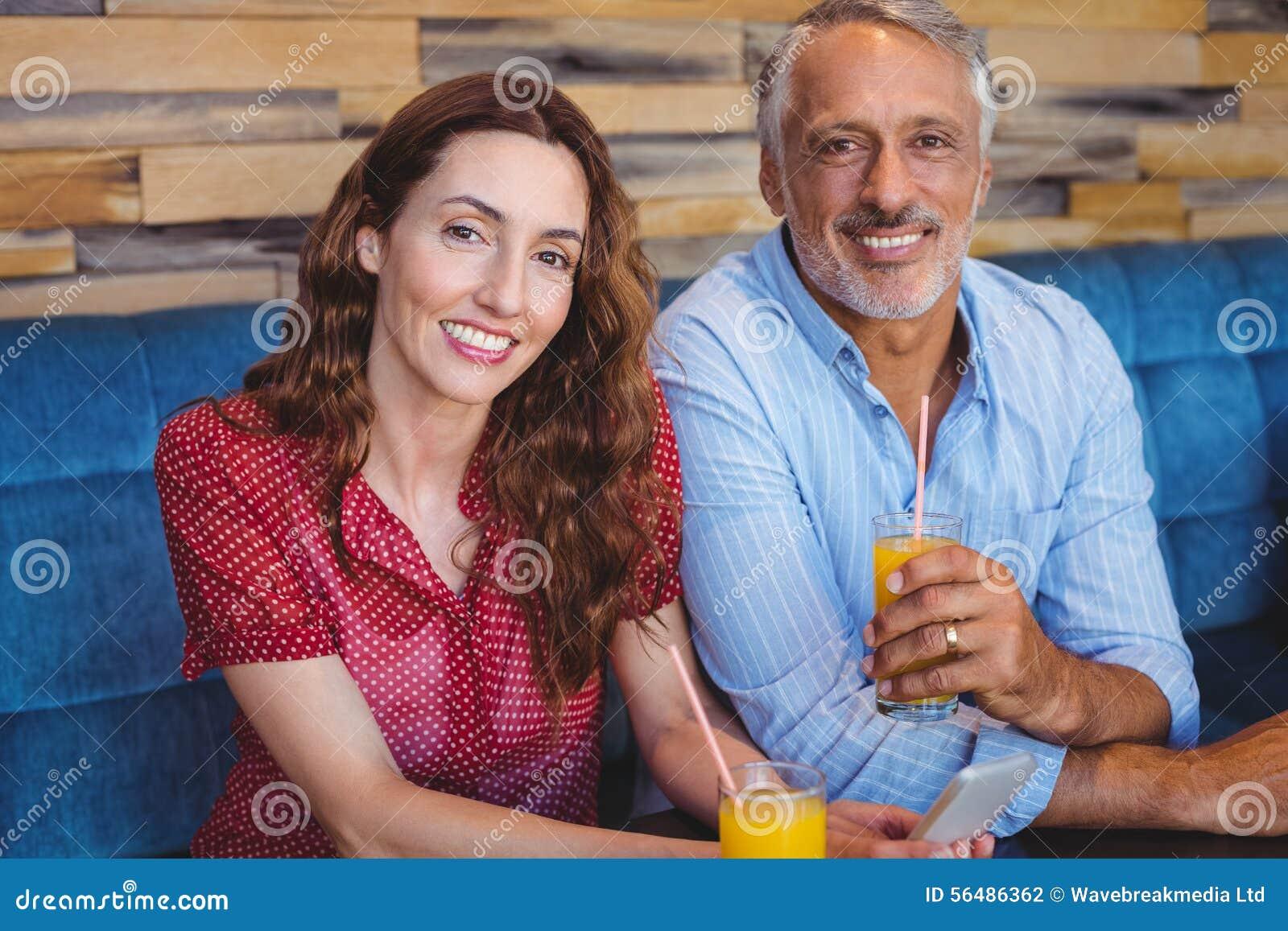 Couples mignons se reposant en café