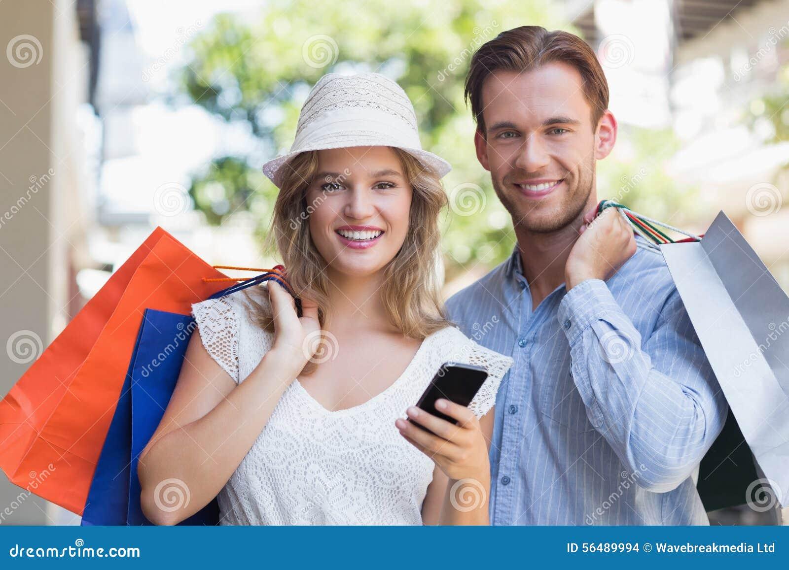 Couples mignons tenant des paniers