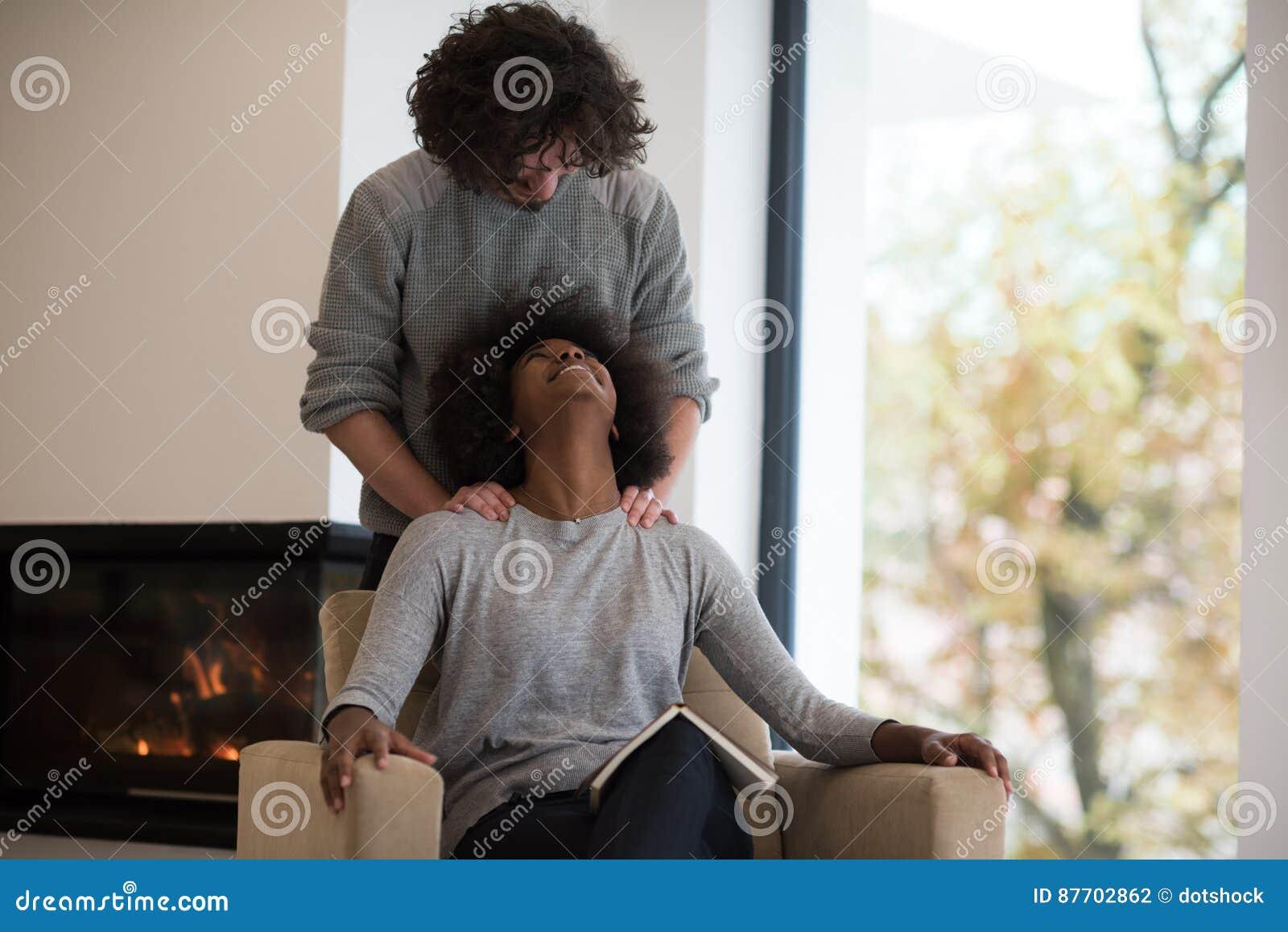 Couples multi-ethniques étreignant devant la cheminée