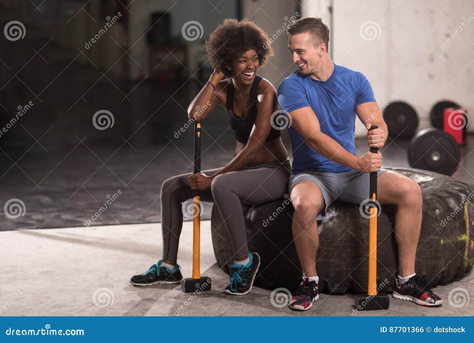 Couples multi-ethniques après séance d entraînement avec le marteau