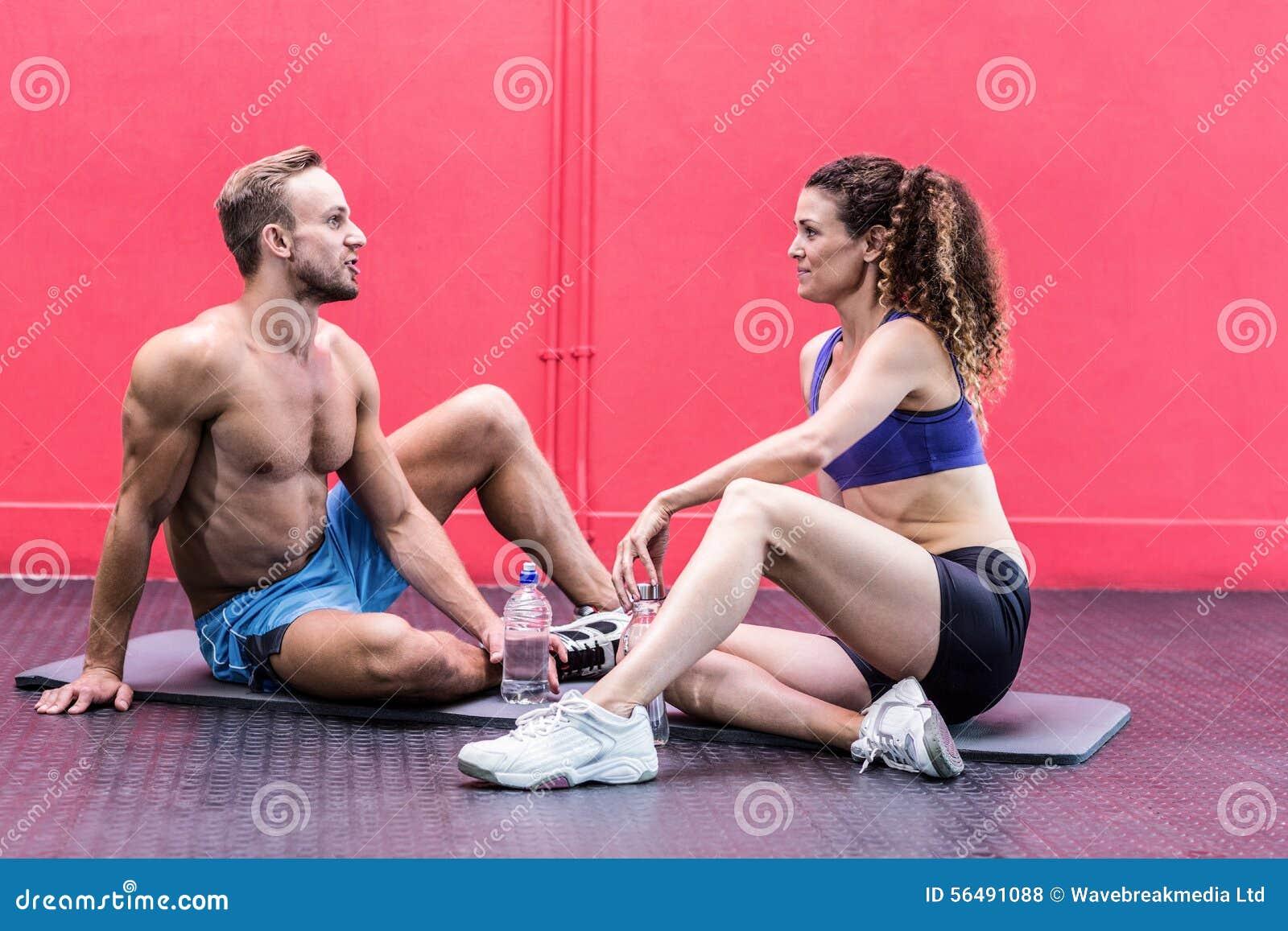 Couples musculaires se reposants parlant ensemble