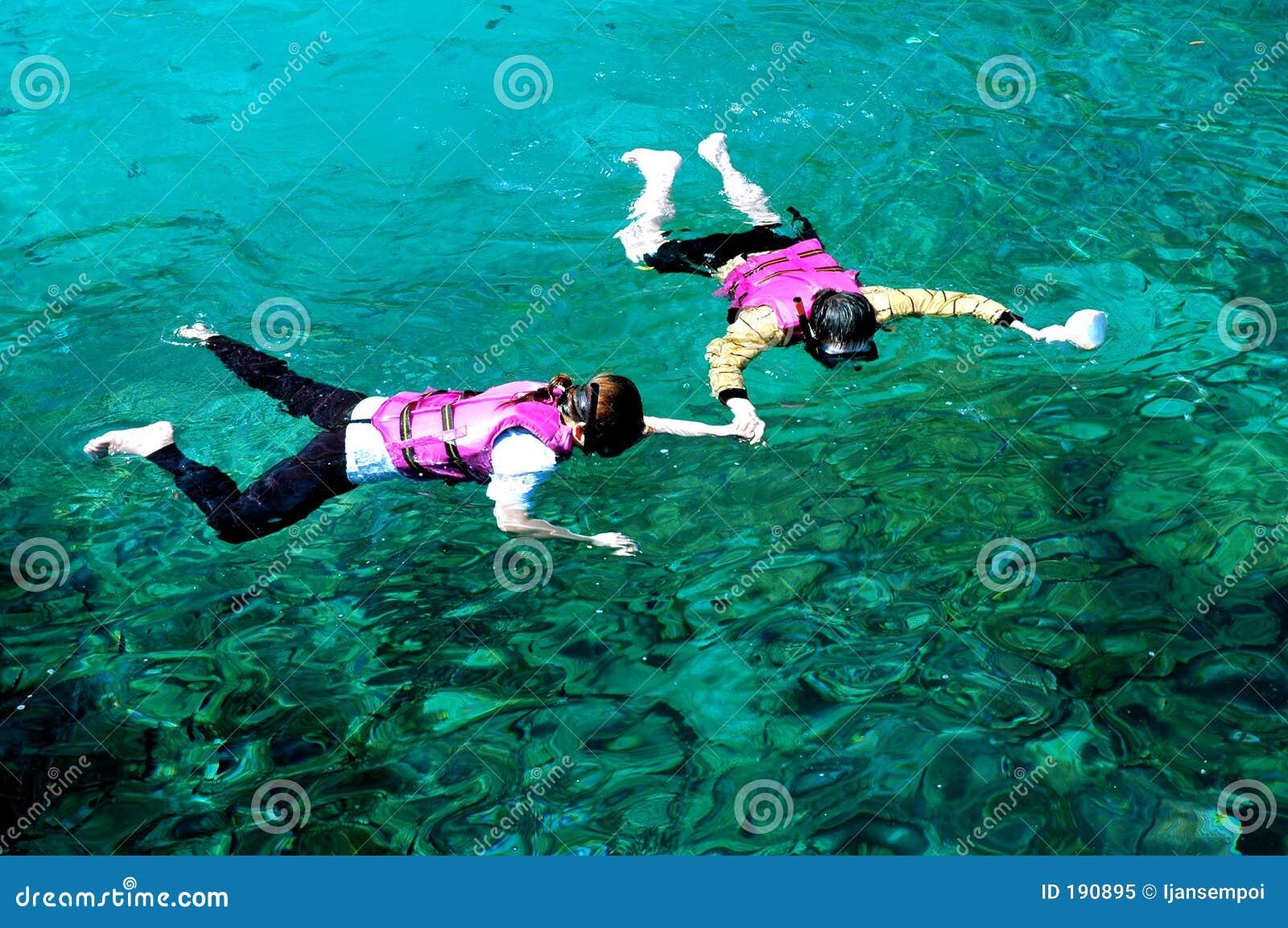 Couples naviguants au schnorchel