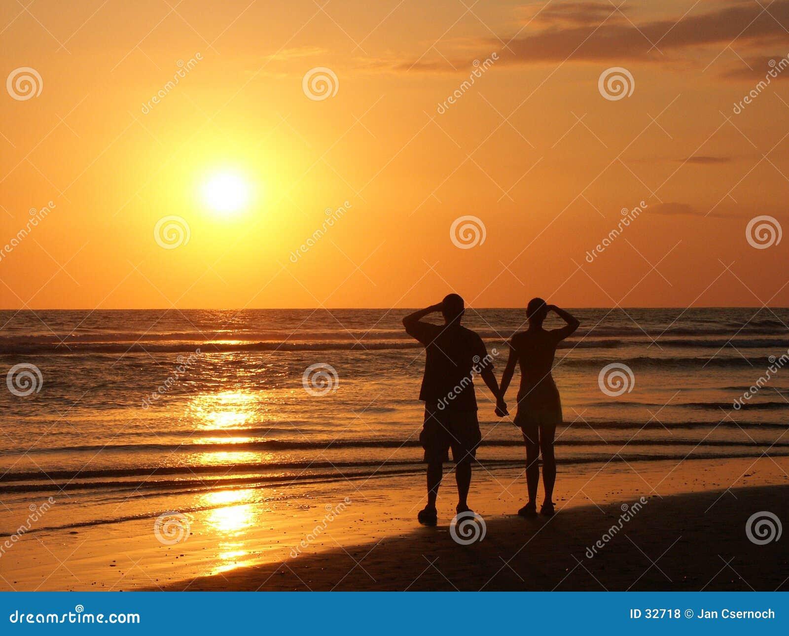 Couples observant le soleil de configuration