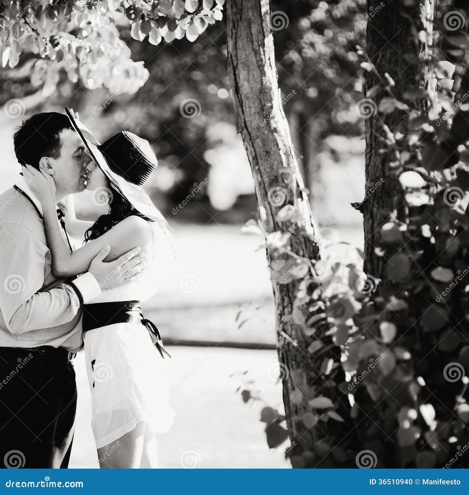 Couples passant ensemble le grand temps dans le jardin