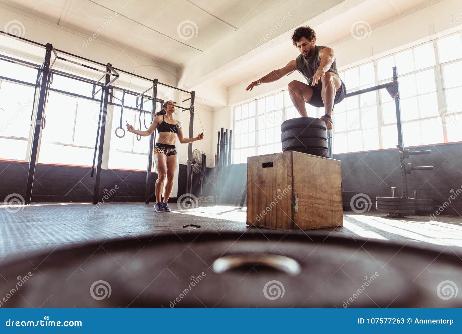 Couples pendant la session intense de séance d entraînement au club de santé