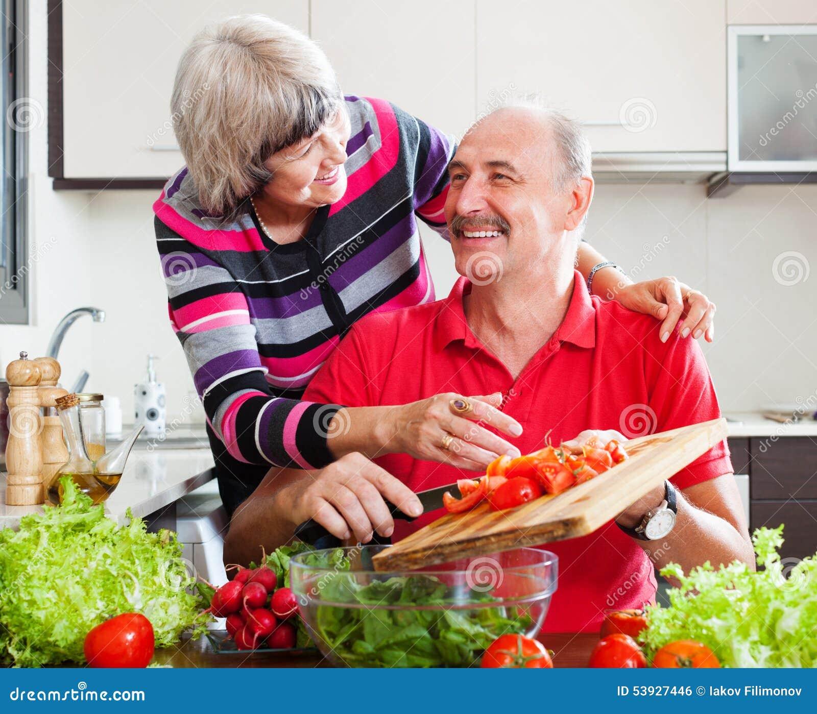 Couples pluss âgé affectueux heureux dans la cuisine