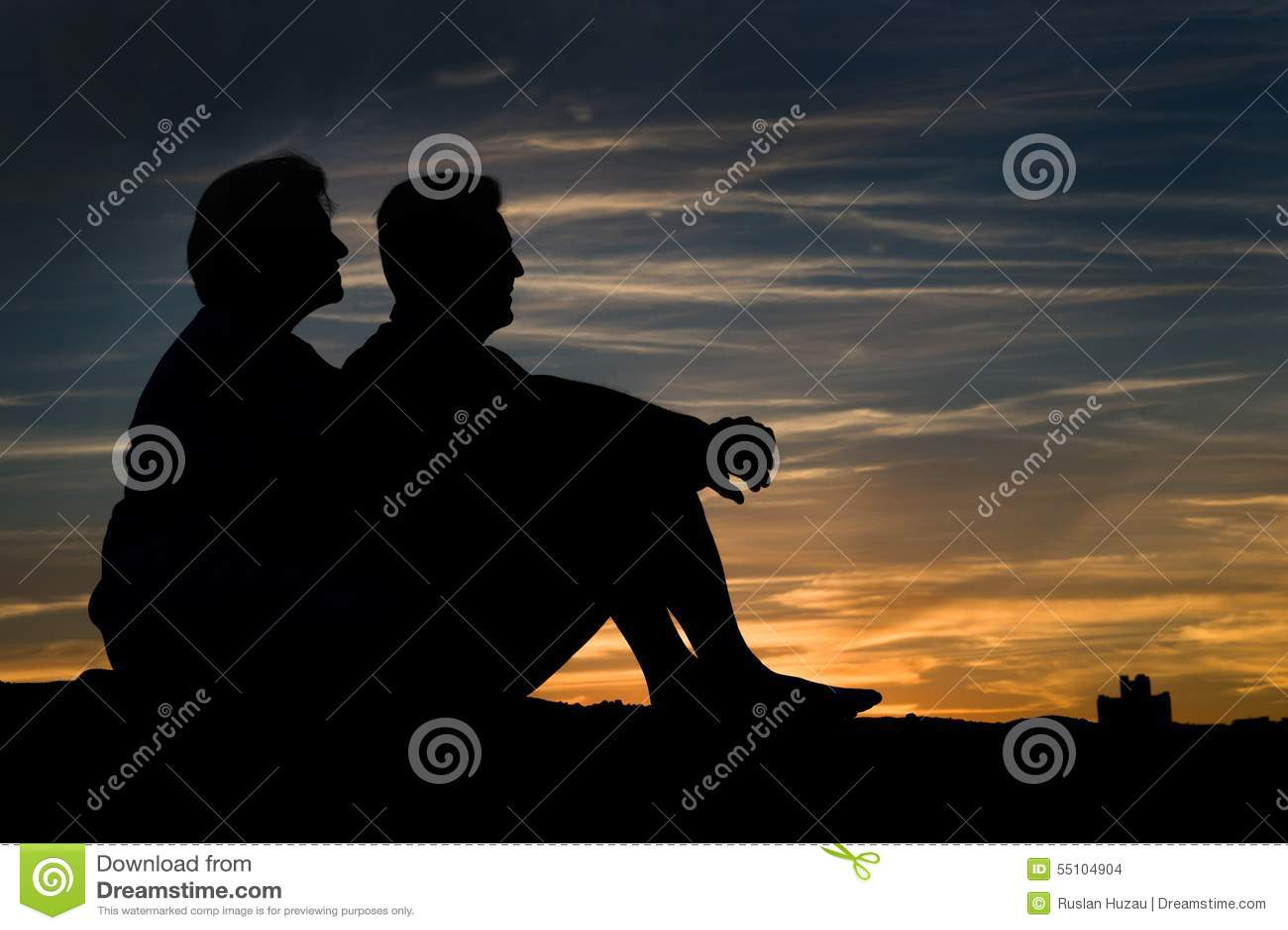 Couples pluss âgé dans l amour au coucher du soleil