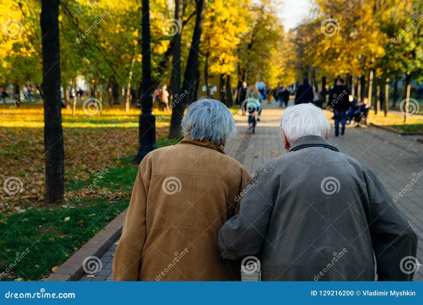 Couples pluss âgé marchant en parc le jour d automne