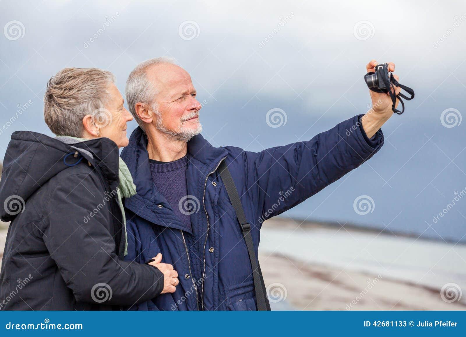 Couples pluss âgé prenant un autoportrait