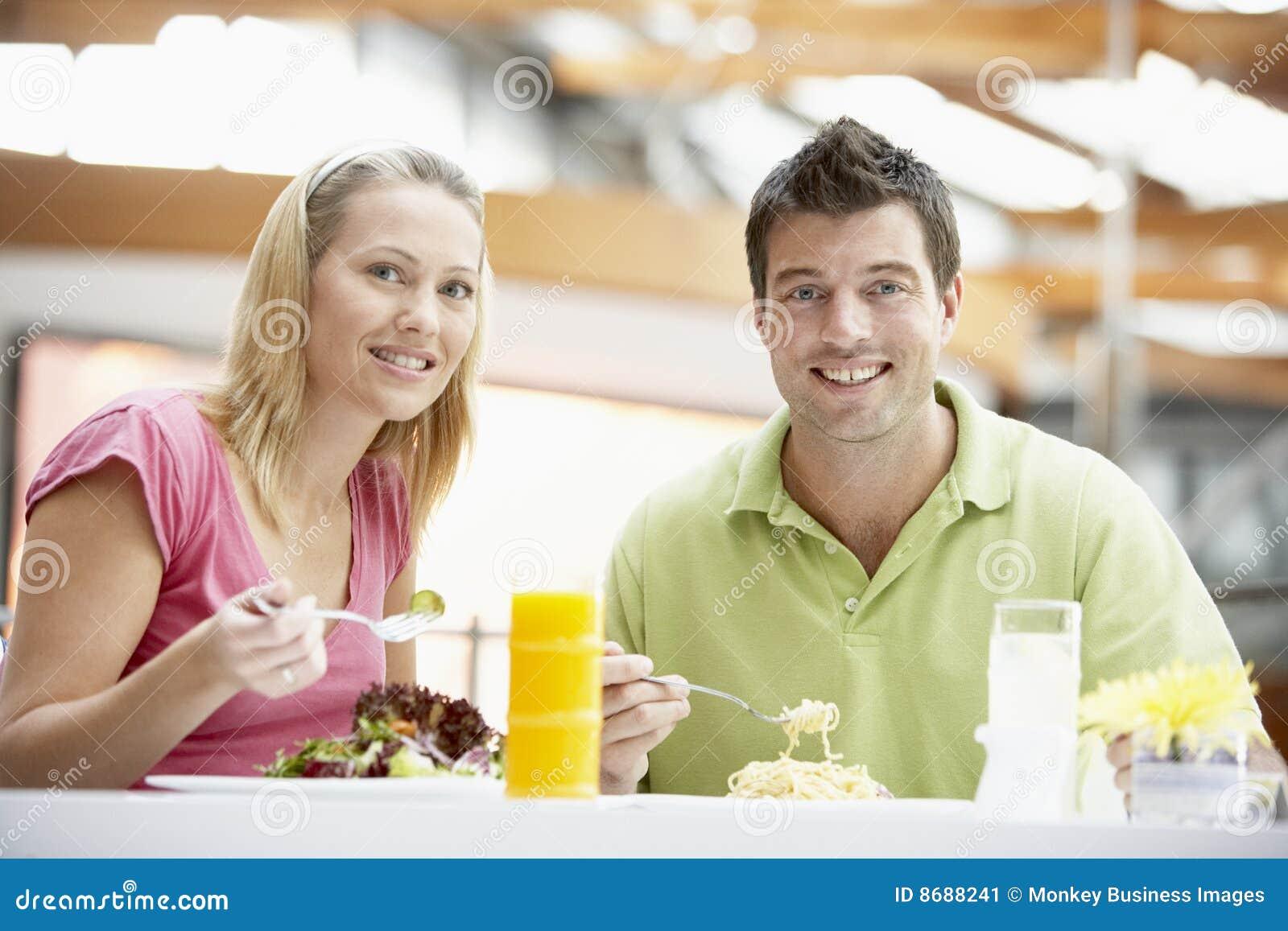Couples prenant le déjeuner au mail