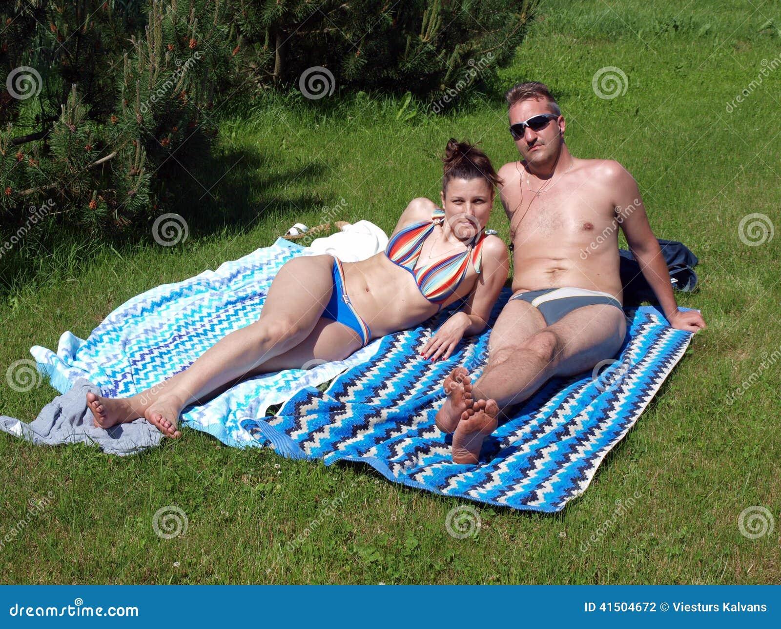 Couples prenant un bain de soleil 2