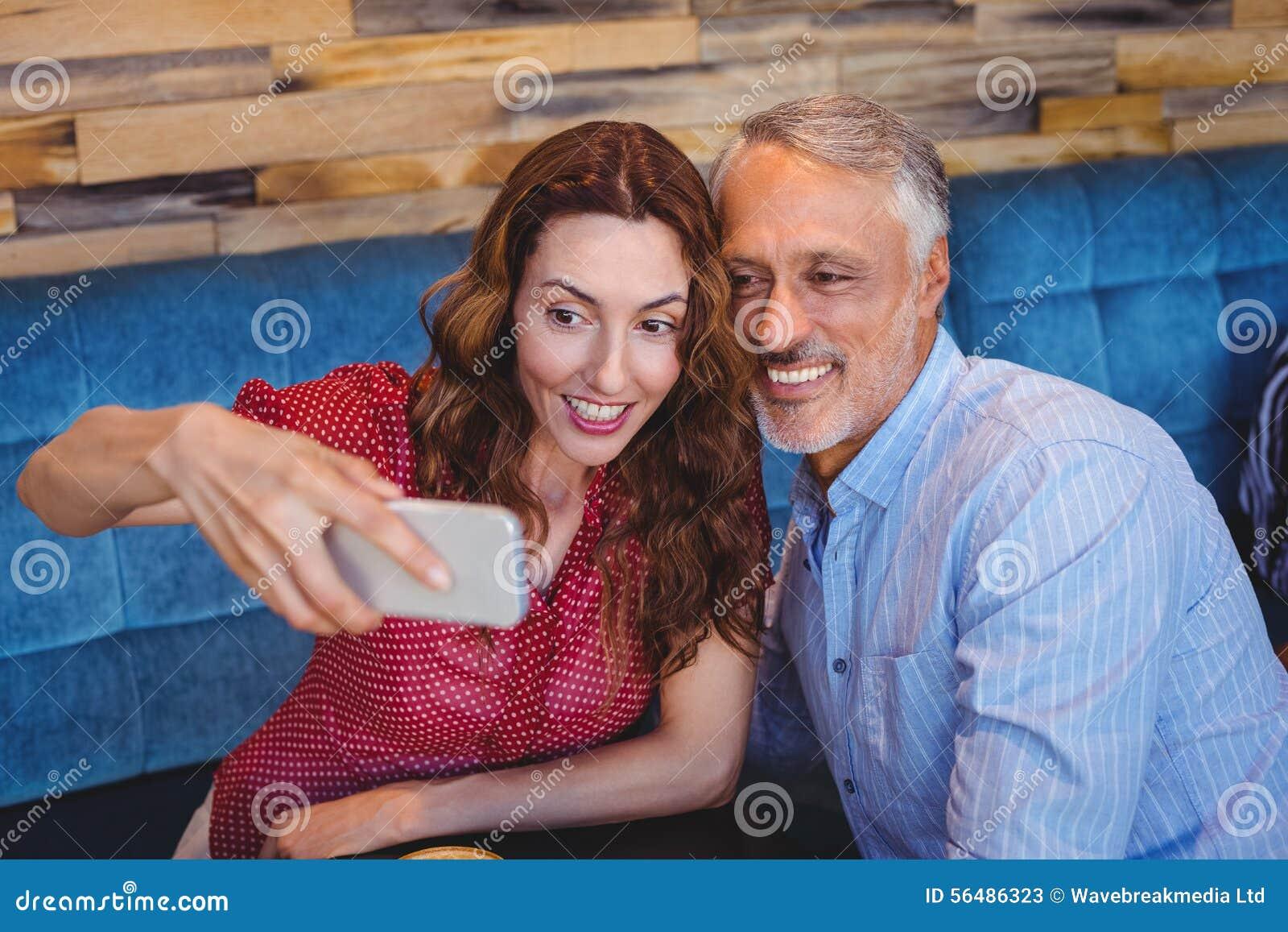 Couples prenant un selfie
