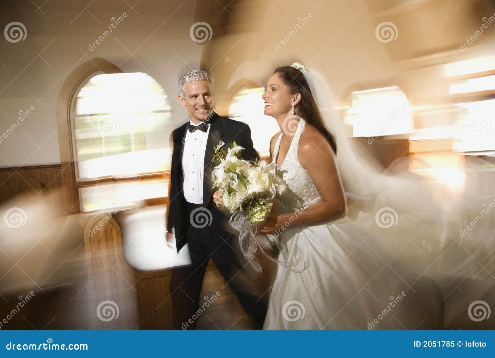 Couples quittant l église