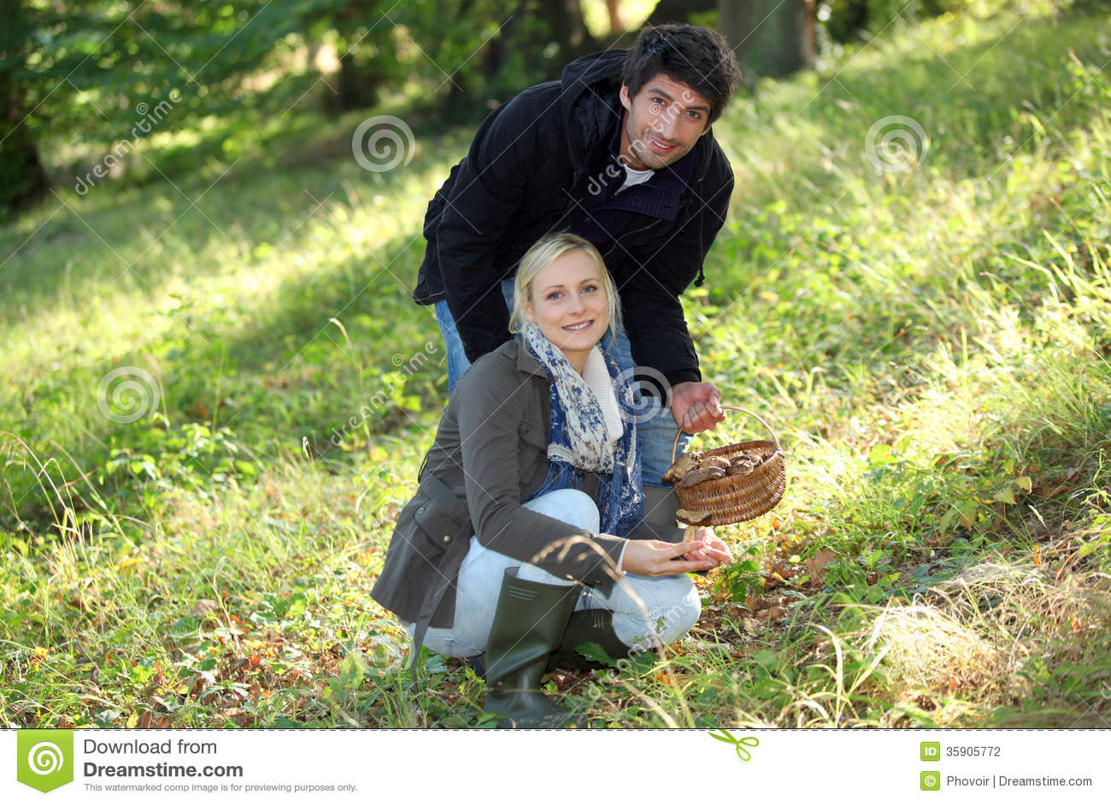 Couples rassemblant des champignons