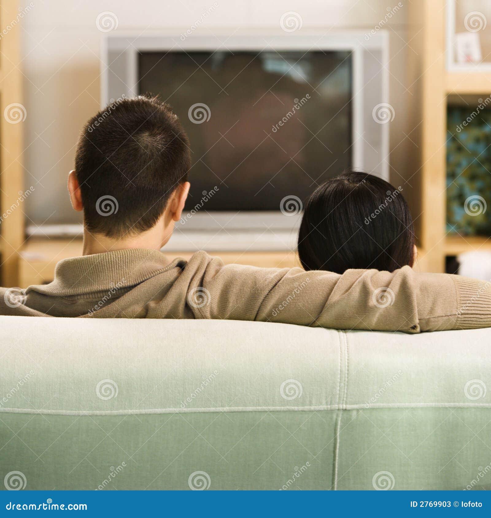 Couples regardant la TV.