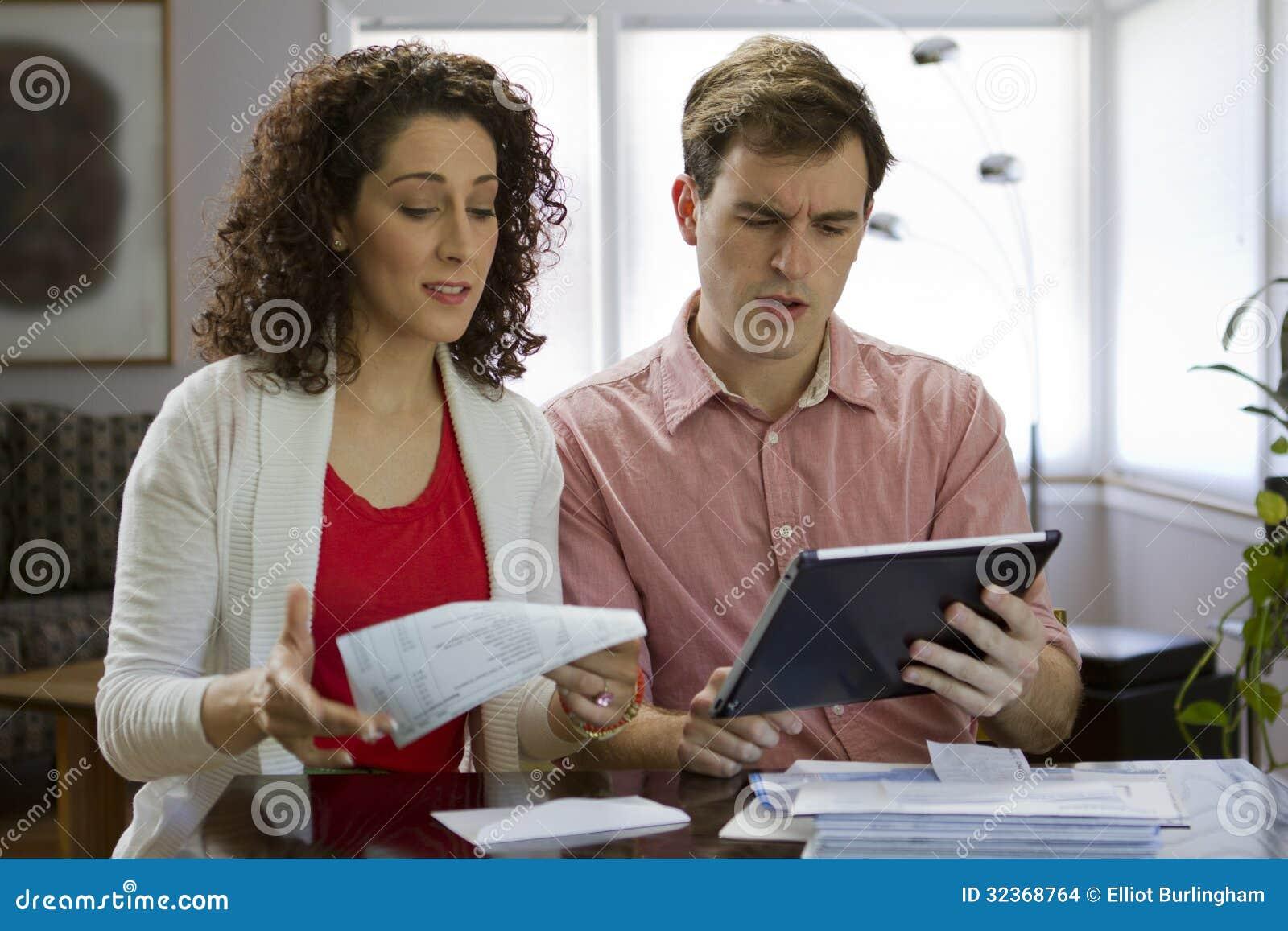 Couples regardant le comprimé, horizontal