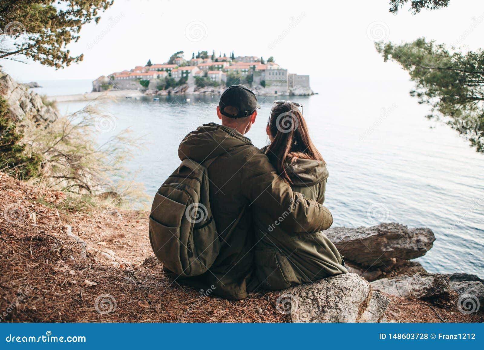 Couples regardant Sveti Stefan