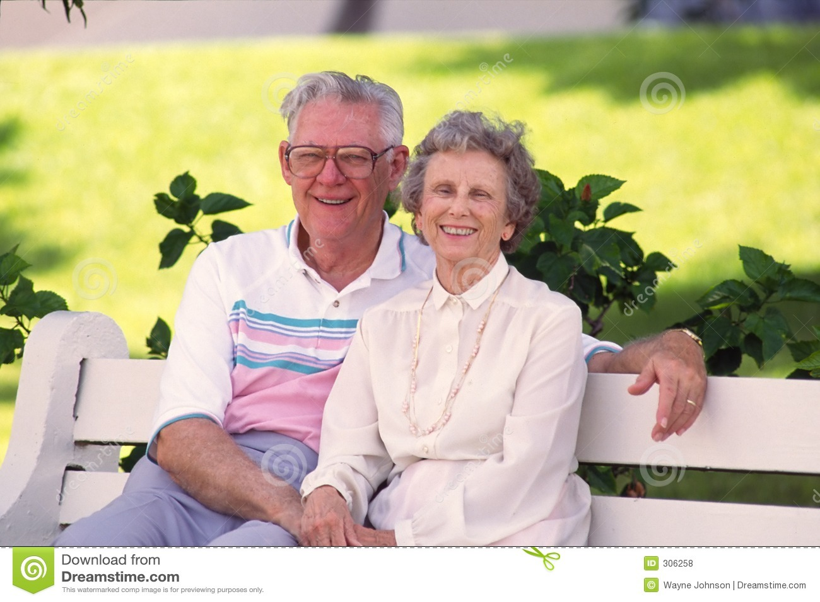 Couples retirés sur le banc