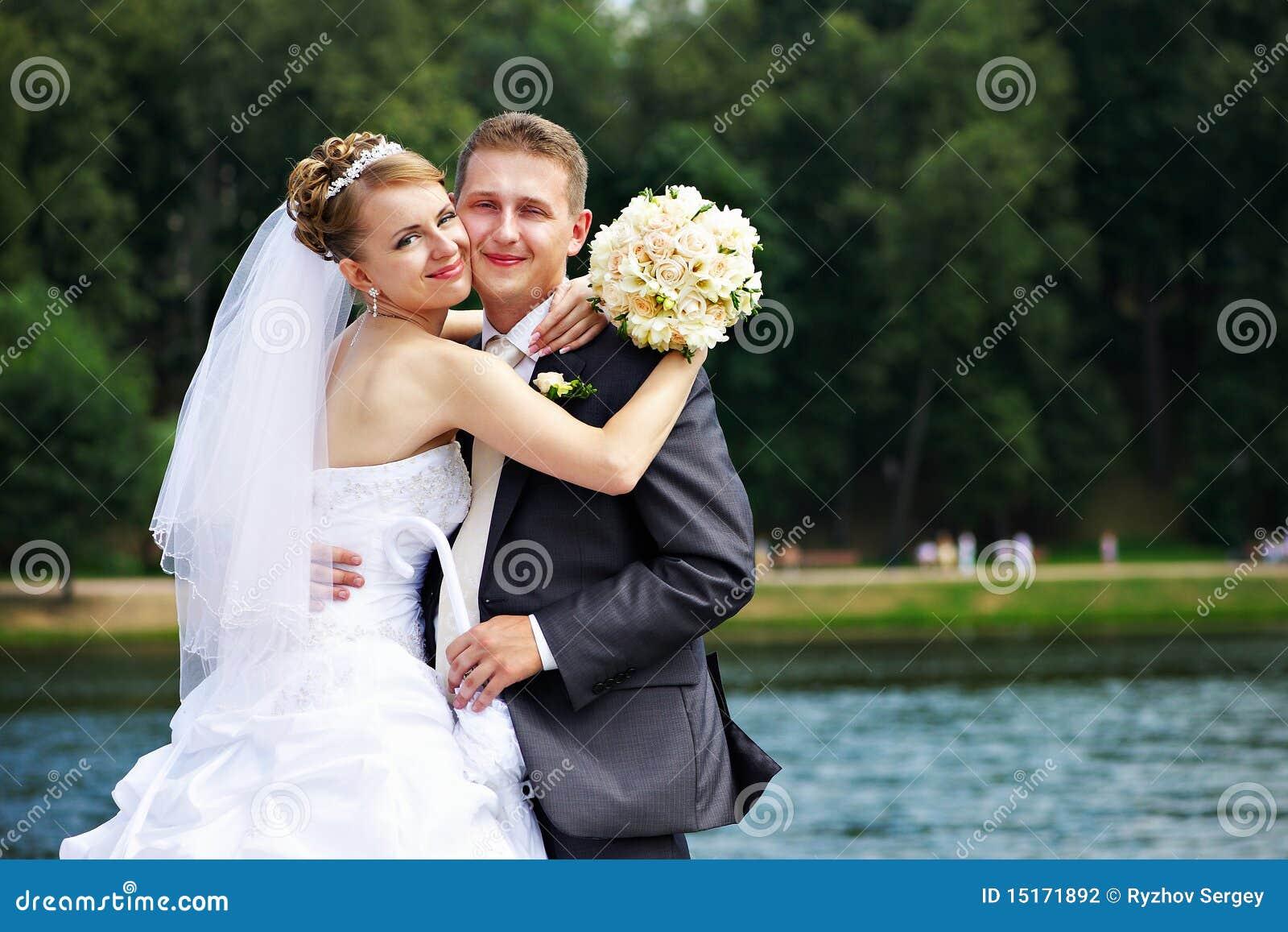 Couples romantiques à la promenade de mariage