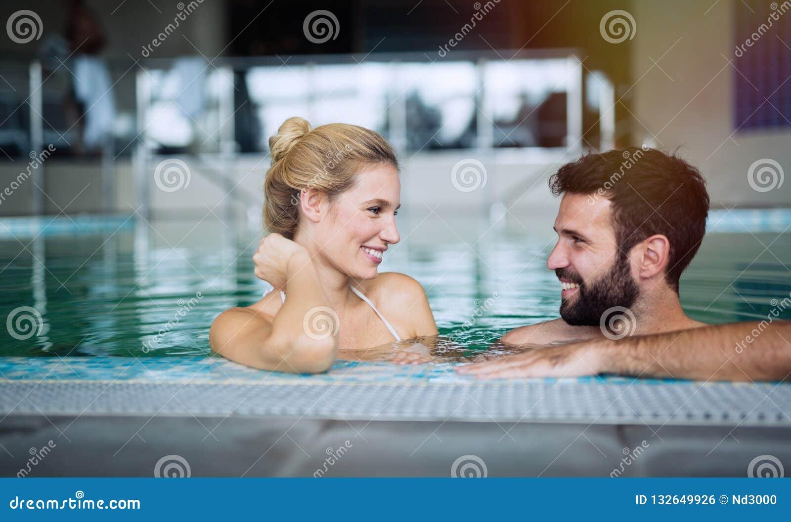 Couples romantiques appréciant le bain thermique