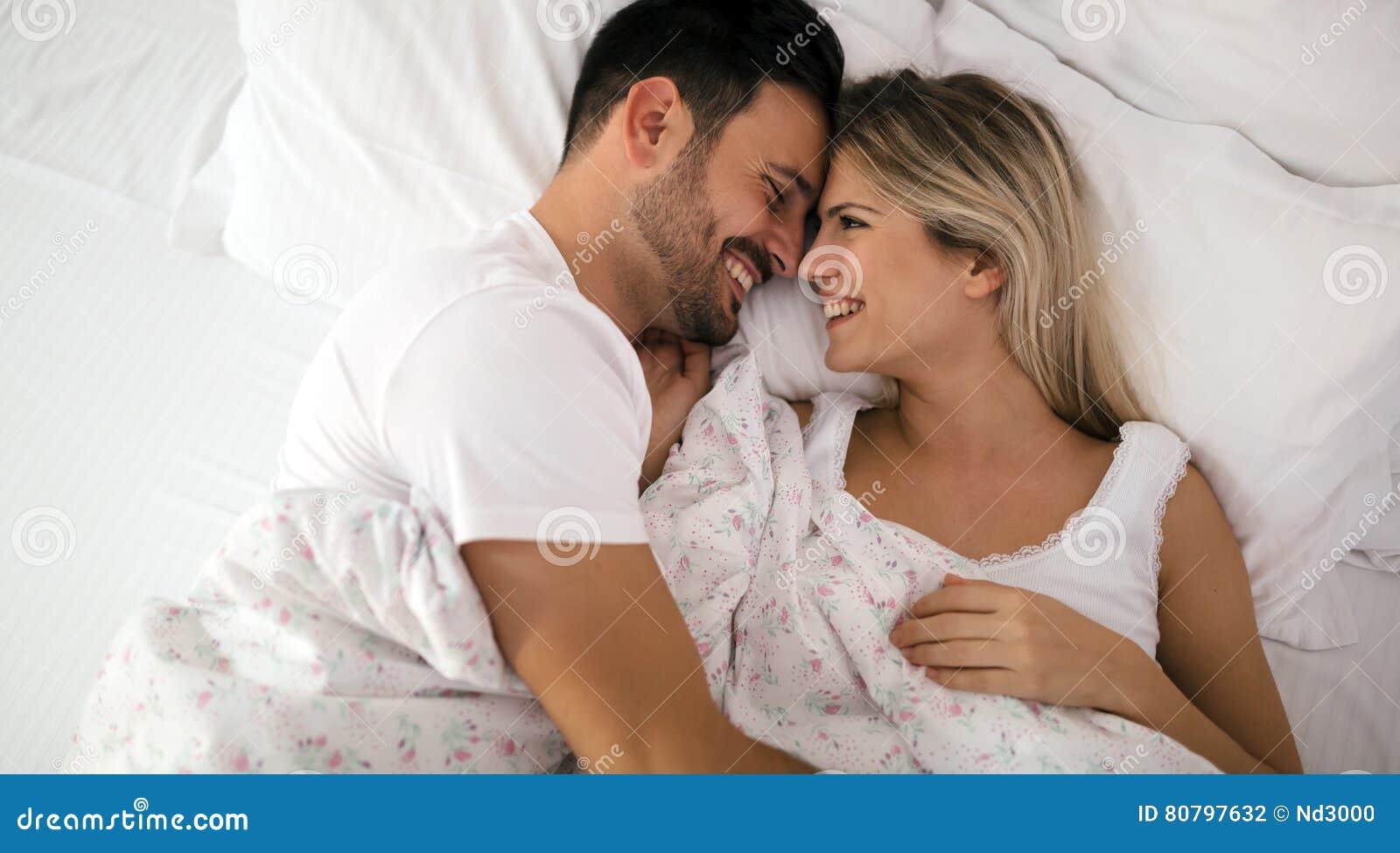 couples romantiques dans le lit dans les chemises de nuit photo stock image 80797632. Black Bedroom Furniture Sets. Home Design Ideas