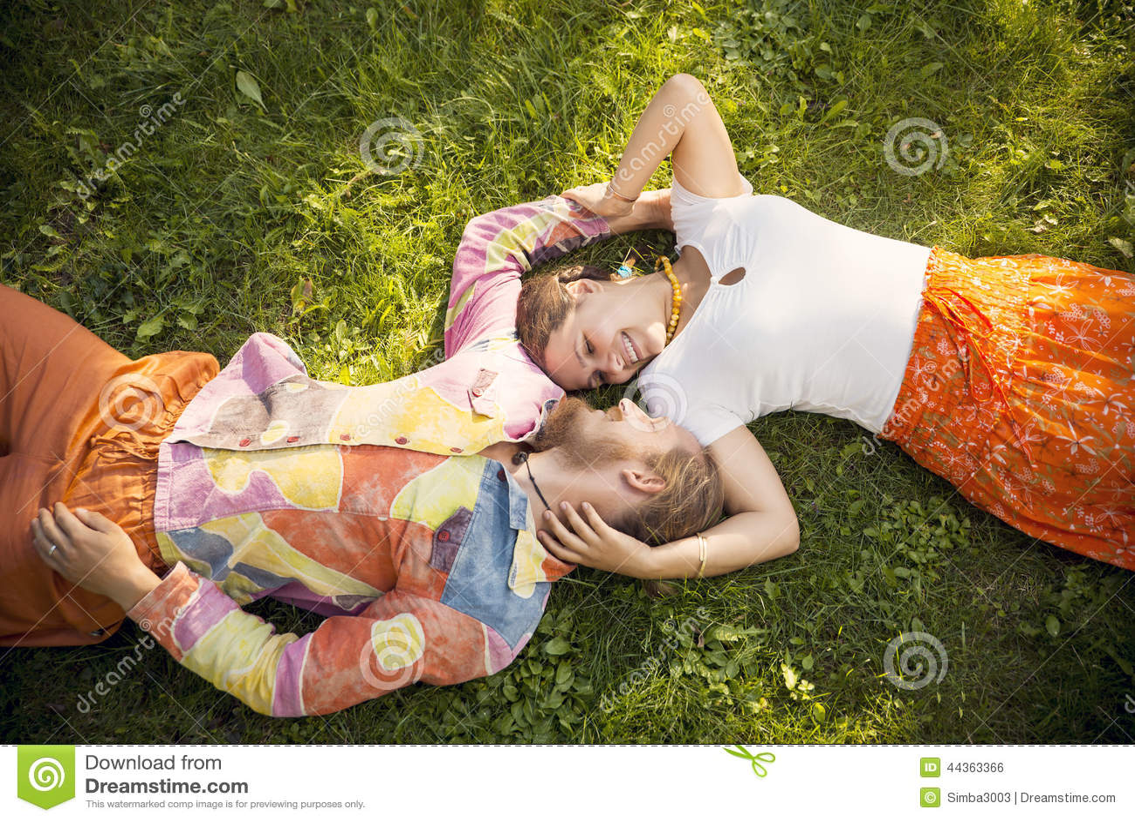 Couples romantiques de beauté embrassant le mensonge à l extérieur
