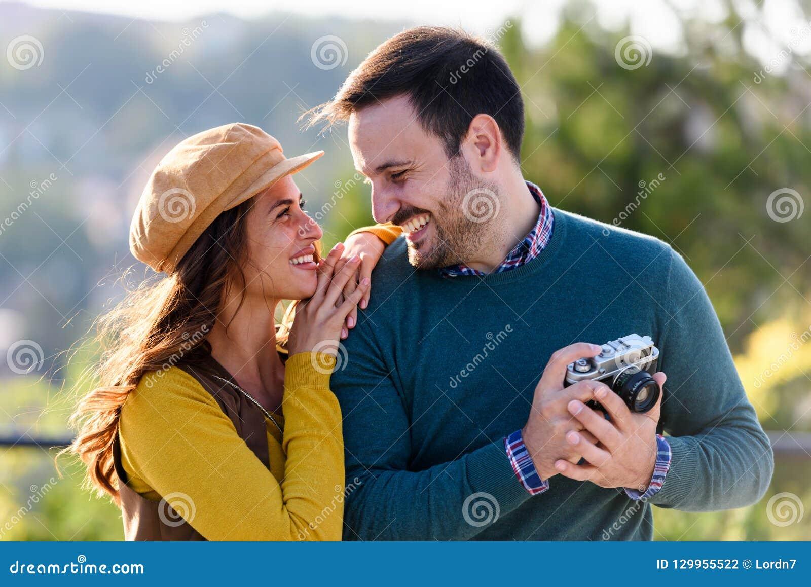 Couples romantiques de jeune beau cheerfull ayant l amusement dehors