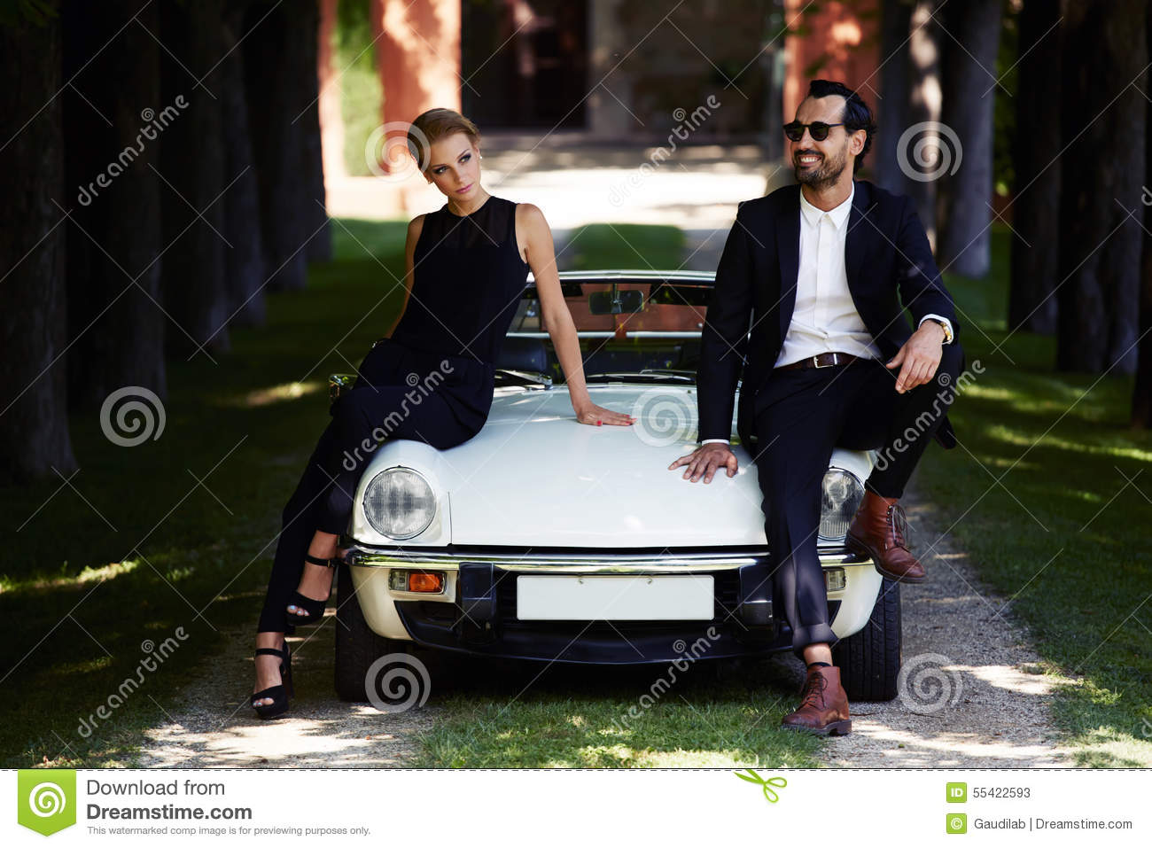 couples romantiques et la mode posant sur la voiture de luxe de cabriolet dehors en t photo. Black Bedroom Furniture Sets. Home Design Ideas