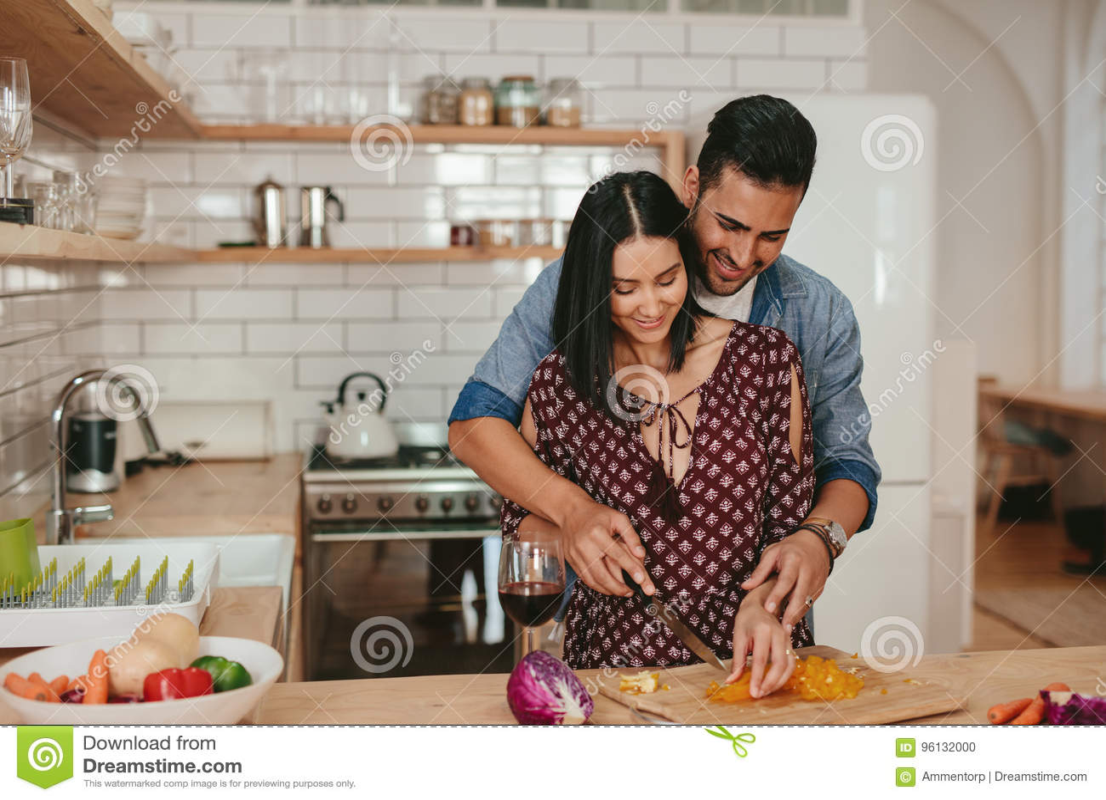Couples romantiques faisant cuire dans la cuisine la maison photo stock image du pr paration - Couple faisant l amour dans la cuisine ...
