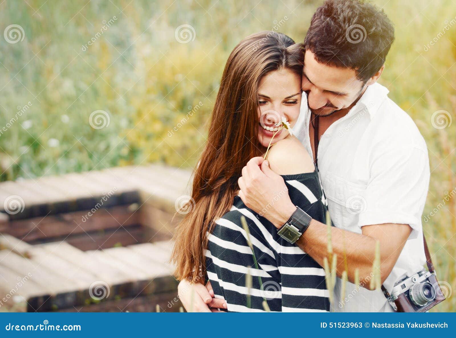 Couples romantiques heureux dans l amour et l amusement de avoir avec la marguerite, beauté