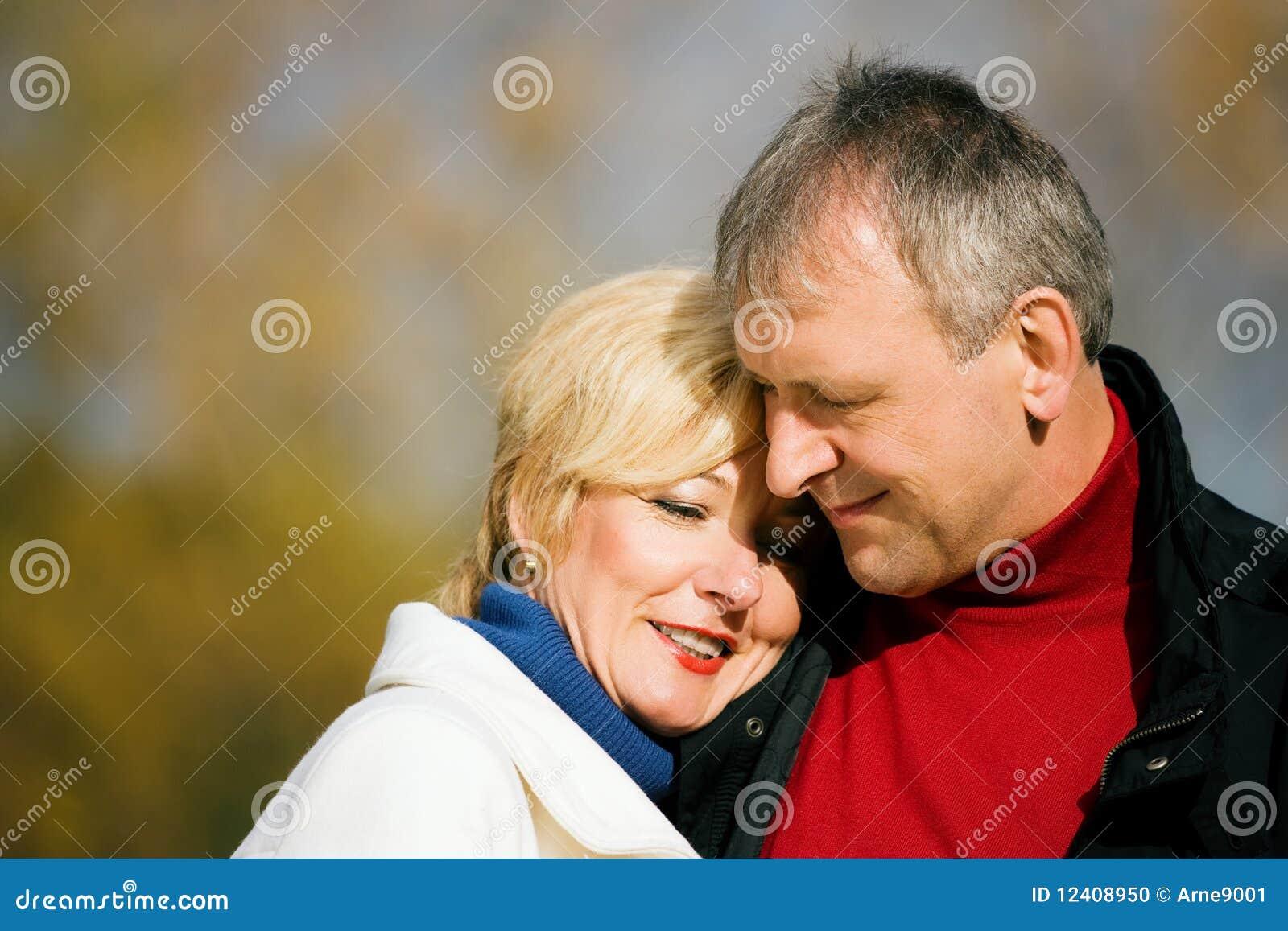 Couples romantiques mûrs en stationnement