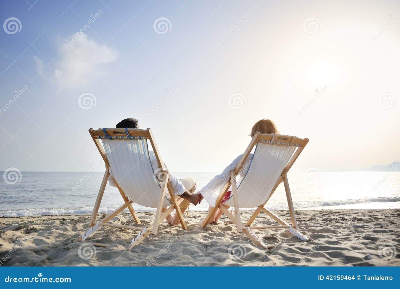 Chaise Le Détendant Appréciant La Longue Sur Couples Romantiques YH9ED2WI