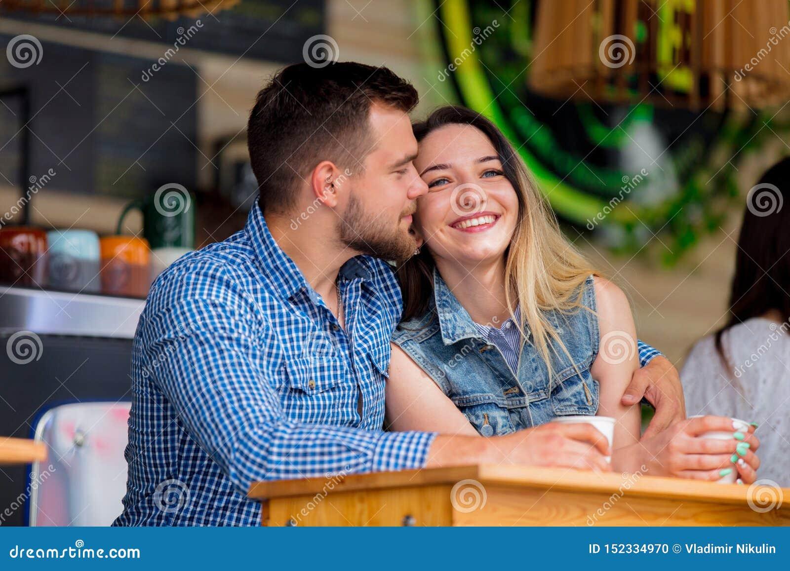 Couples se reposant à une table dans un café et un café potable