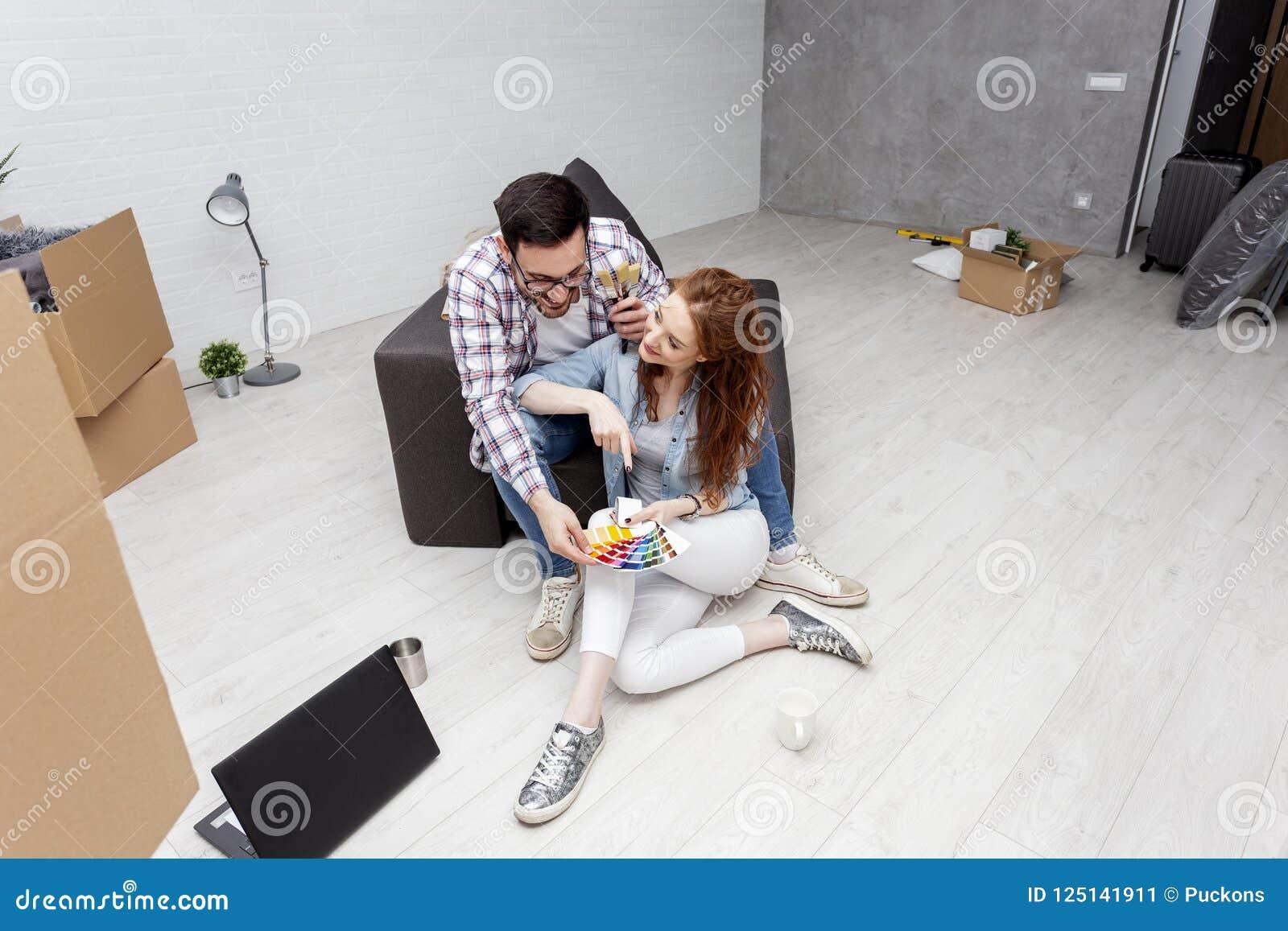 Couples se reposant sur le sofa dans l appartement