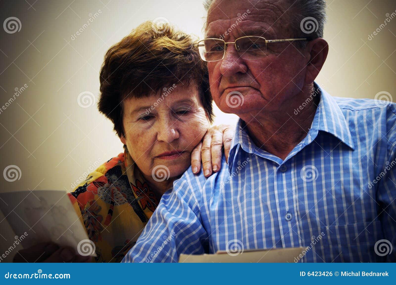 Couples semblant de vieilles photographies aînées