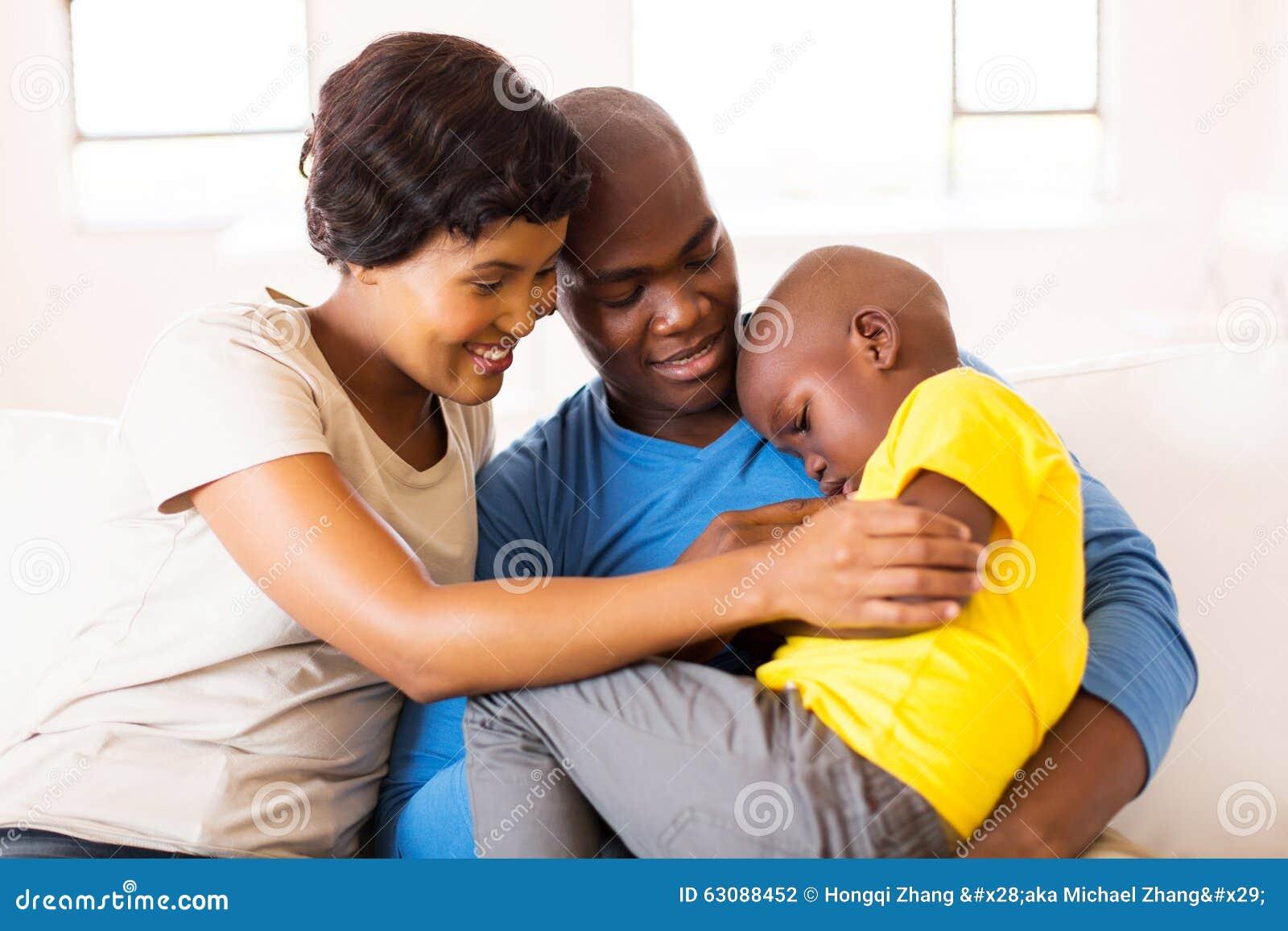 Download Couples Soulageant Le Fils Malade Photo stock - Image du afro, mari: 63088452