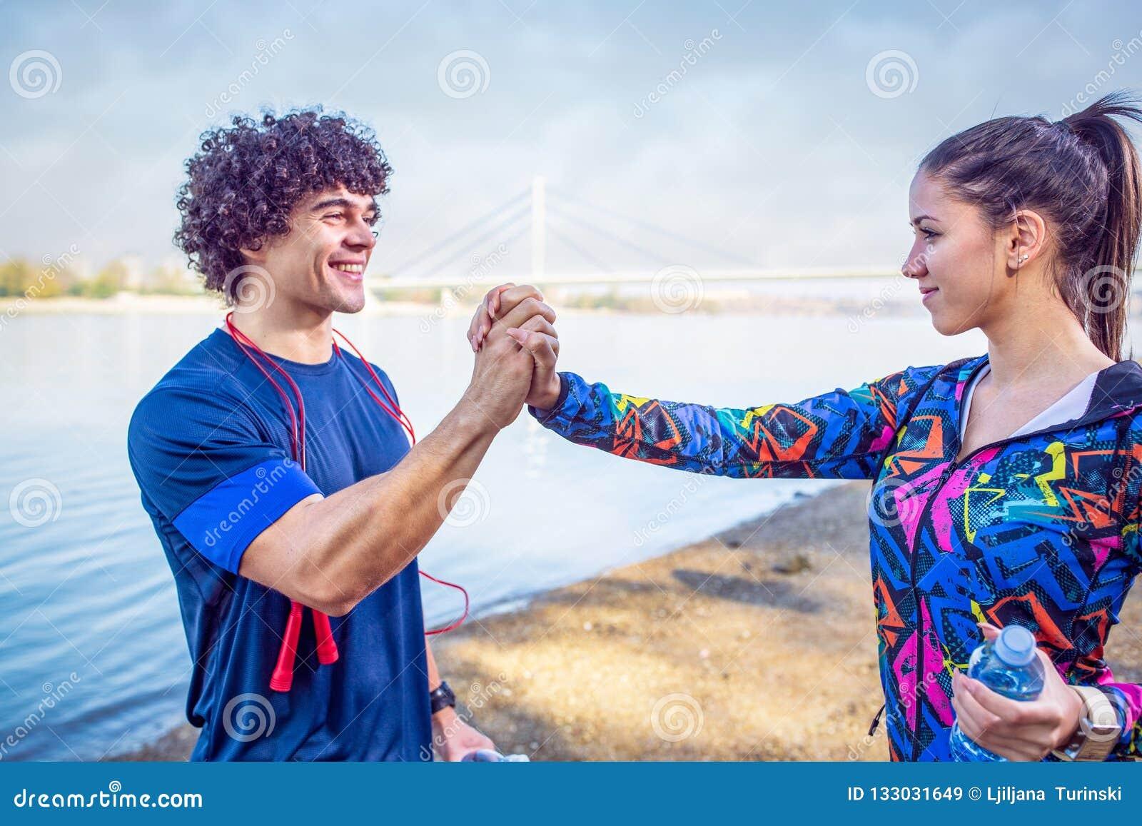 Couples sportifs donnant hauts cinq entre eux après séance d entraînement