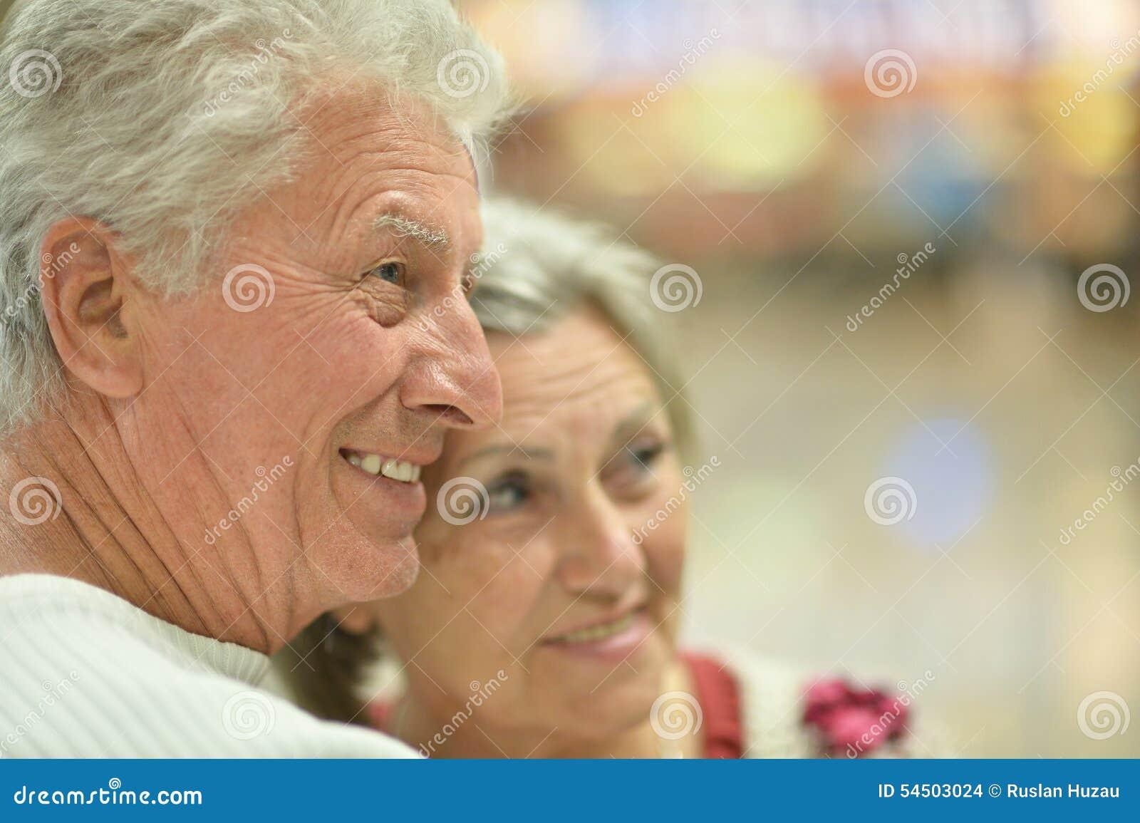Couples supérieurs à la station de vacances