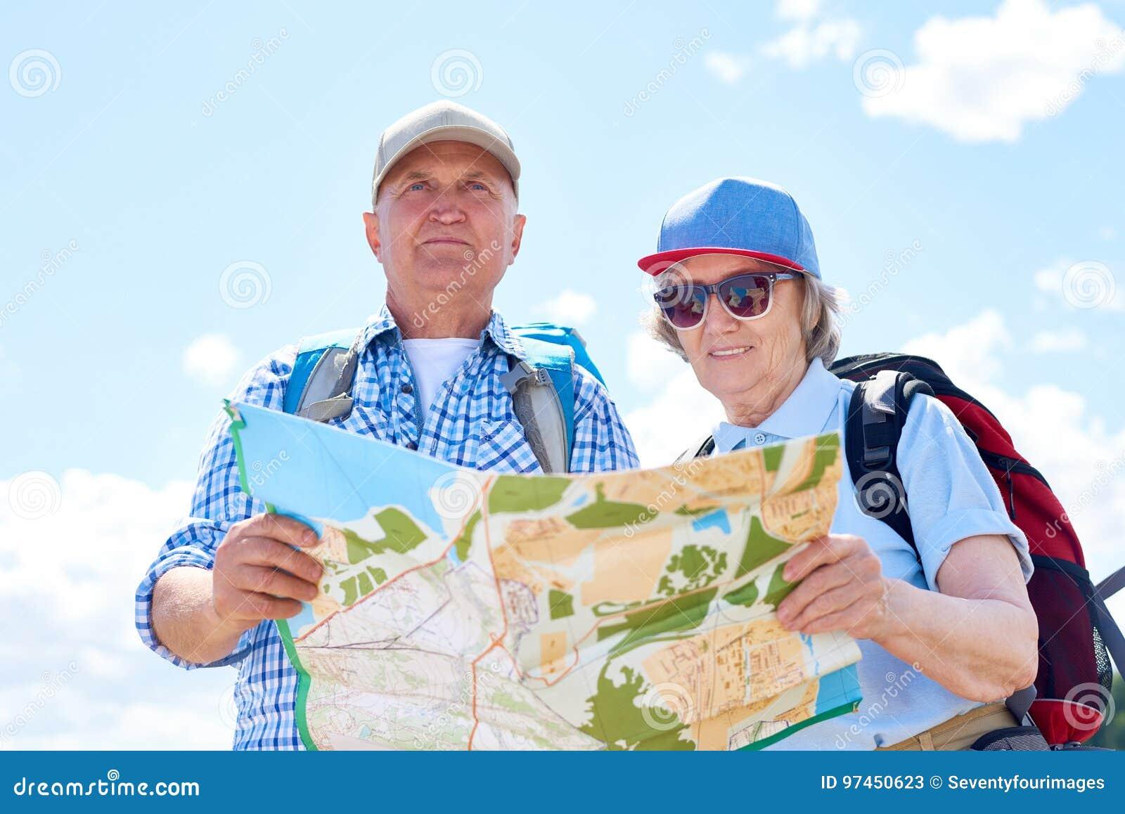 Couples supérieurs actifs sur augmenter le voyage