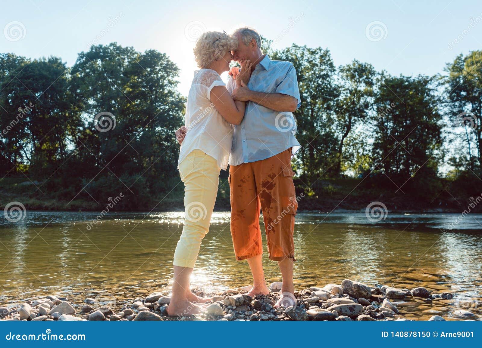 Couples supérieurs appréciant un extérieur sain et actif de mode de vie en été