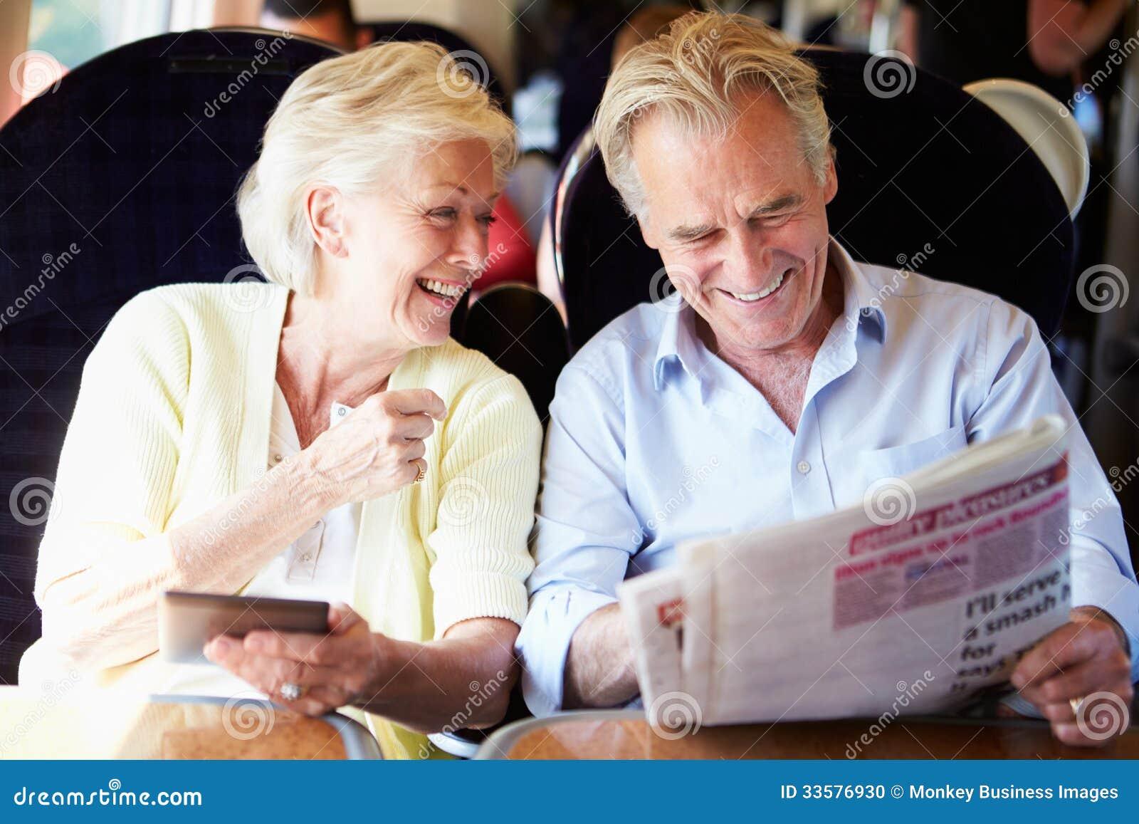 Couples supérieurs détendant sur le voyage en train