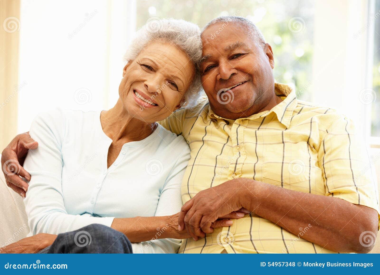 Couples supérieurs d Afro-américain à la maison