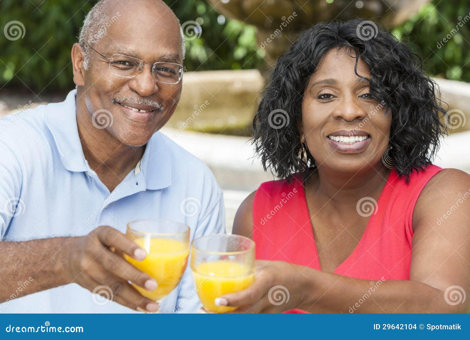 Couples supérieurs d Afro-américain buvant du jus d orange