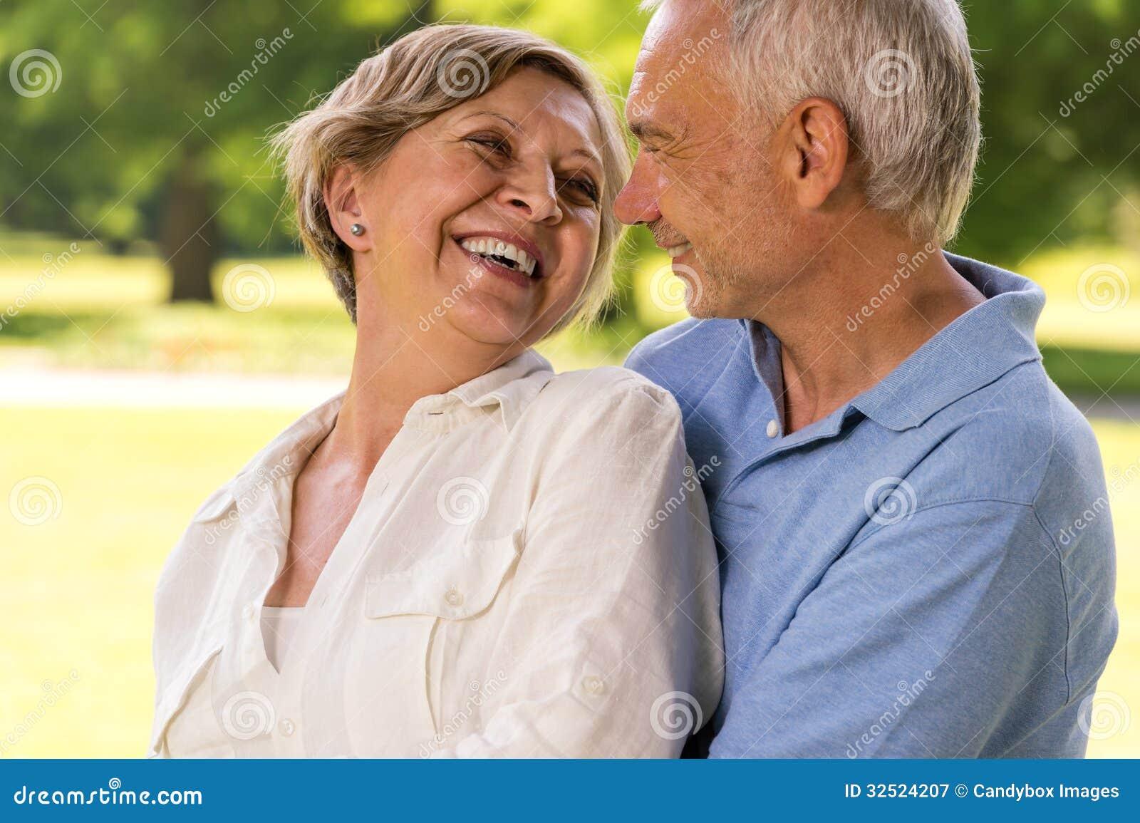Couples supérieurs de retraite heureuse riant ensemble